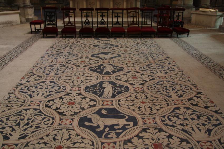 Fußbodenmosaik mit den Tierkreiszeichen im Chor der Kathedrale von St. Denis bei Paris