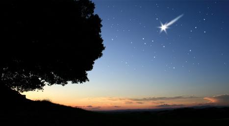 Sternenhimmel in der Abenddämmerung mit Sternschnuppe