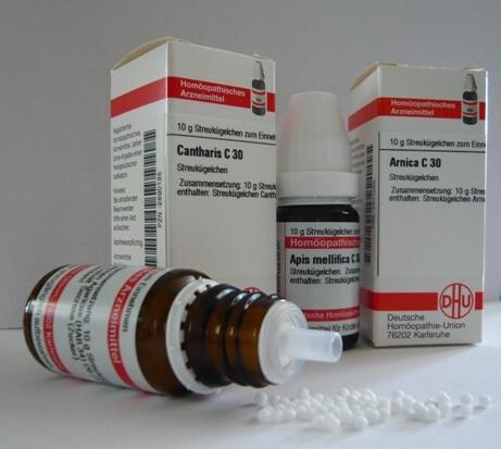 Homöopathische Mittel: Apis, Arnica und Cantharis - hier von der Firma DHU