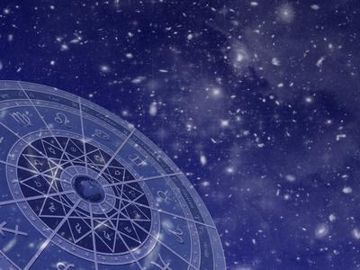 Horoskopscheibe vor Sternenhimmel